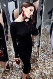 Il nero cosmetico di usura del fronte di trucco castana dei capelli ricci della donna di bellezza Fotografie Stock Libere da Diritti