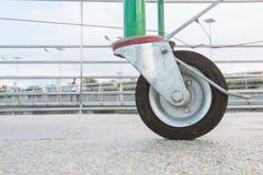 Il nero delle ruote sul pavimento, ruote del primo piano Fotografia Stock Libera da Diritti