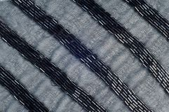 Il nero di colore del tessuto con le perle Struttura fotografia stock