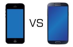 Il nero di Iphone 5 contro il nero della galassia S4 di Samsung Fotografie Stock