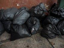 il nero di plastica dell'immondizia struttura l'insaccamento sporco fotografia stock libera da diritti