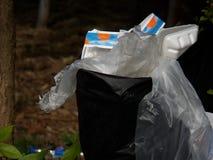 il nero di plastica dell'immondizia struttura l'insaccamento sporco fotografie stock