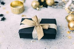 Il nero e decorazioni di Natale dell'oro fotografia stock libera da diritti