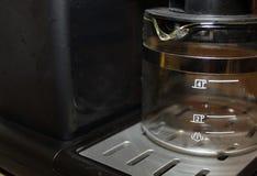 Il nero e macchina di caffè espresso del cromo con vetro sotto Immagini Stock