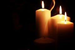 Il nero isolato luce della candela Immagini Stock Libere da Diritti