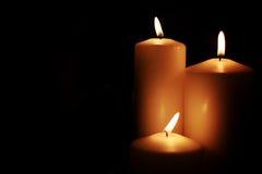 Il nero isolato luce della candela Immagine Stock Libera da Diritti