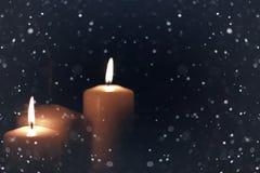 Il nero isolato luce della candela con neve Immagine Stock