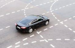 Il nero moderno dell'automobile sulla strada principale Immagine Stock