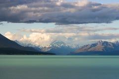 Il nero si rannuvola il lago Tekapo, isola del sud, Nuova Zelanda Fotografia Stock