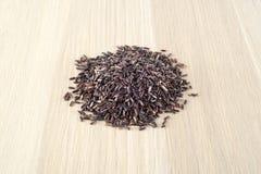 Il nero tailandese del riso sulla tavola di legno immagini stock libere da diritti