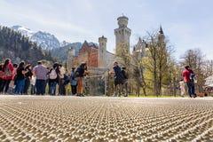 Il Neuschwanstein, Germania - 21 aprile 2016: Vista dalla piattaforma al castello famoso del Neuschwanstein, vista di panorama Fotografia Stock