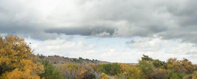 Il New Mexico centrale in autunno con le nuvole del tempo giusto fotografia stock libera da diritti