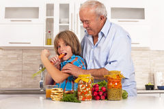il nipote ed il nonno mangiano gli alimenti sani Fotografia Stock Libera da Diritti