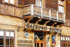 Il nome del ristorante sopra l'entrata in Zakopane Fotografie Stock Libere da Diritti