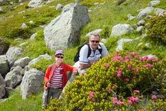 Il nonno con il nipote che riposa sulle rocce Fotografia Stock Libera da Diritti