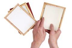 Il nonno dell'uomo anziano inserisce le foto nelle strutture di legno della foto Fotografie Stock