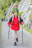 Il nonno ed il nipote camminano sulla strada della montagna Fotografia Stock Libera da Diritti