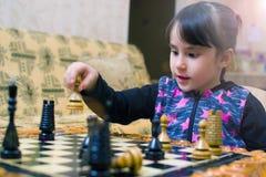 Il nonno insegna agli scacchi per giocare per la sua nipote immagine stock libera da diritti