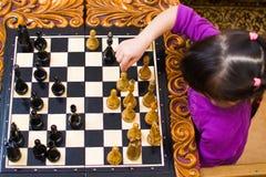 Il nonno insegna agli scacchi per giocare per la sua nipote immagini stock libere da diritti