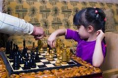 Il nonno insegna agli scacchi per giocare per la sua nipote fotografia stock libera da diritti