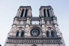Il Notre-Dame de Paris abbassa la vista fotografia stock