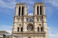 Il Notre-Dame de Paris della cattedrale - afferri la presa della vista di vista fuori, senza carattere e del giorno Fotografia Stock Libera da Diritti