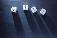 Il numero bianco di per la matematica della frazione taglia sulla lavagna, buona per il backgro Immagini Stock