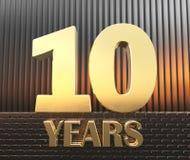 Il numero dorato dieci numera 10 e gli anni di parola contro lo sfondo dei parallelepipedi rettangolari del metallo nei raggi Fotografia Stock