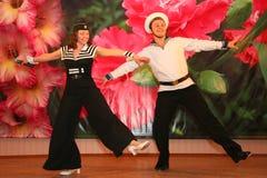 Il numero musicale di ballo con un tema nautico ha eseguito dagli attori delle troupe del teatro di varietà di St Petersburg Immagini Stock Libere da Diritti