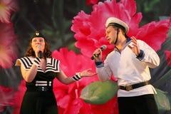Il numero musicale di ballo con un tema nautico ha eseguito dagli attori delle troupe del teatro di varietà di St Petersburg Immagine Stock Libera da Diritti