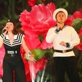 Il numero musicale di ballo con un tema nautico ha eseguito dagli attori delle troupe del teatro di varietà di St Petersburg Fotografia Stock Libera da Diritti
