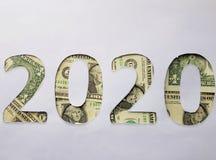 il numero 2020 si è formato con le banconote in dollari su fondo bianco Fotografia Stock