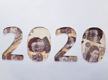 il numero 2020 si è formato con le banconote messicane su fondo bianco Fotografia Stock Libera da Diritti