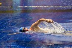 Il nuotatore di sport in raggruppamento Fotografia Stock