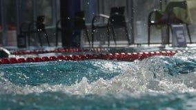 Il nuotatore maschio nuota in stagno Rallentatore archivi video