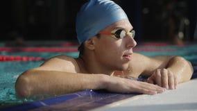 Il nuotatore stanco riposa nello stagno video d archivio