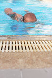 Il nuoto degli uomini. Fotografie Stock