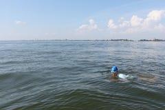 Il nuoto del giovane nel fiume Immagine Stock Libera da Diritti