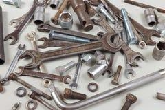 Il nuovi e vecchi strumento e parti del metallo per l'automobile riparano il primo piano Fotografie Stock
