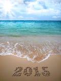 Il nuovo anno 2015 è allineato con i ciottoli sulla spiaggia Fotografie Stock