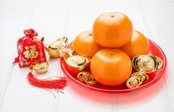 Il nuovo anno cinese, rosso del prigioniero di guerra del ANG ha ritenuto la borsa del tessuto con i lingotti dell'oro Immagini Stock