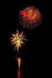 il nuovo anno dei fuochi d'artificio celebra - il bello isolante variopinto del fuoco d'artificio Immagine Stock