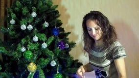 Il nuovo anno, donna di natale decora un albero di Natale video d archivio