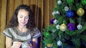 Il nuovo anno, donna di natale decora un albero di Natale archivi video