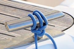 Il nuovo cavaliere della barca a vela con la linea blu, attrezzatura per la conservazione ropes Immagini Stock Libere da Diritti