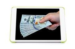 Il nuovo cento dollari accatasta a disposizione, sullo schermo della compressa Fotografie Stock