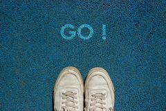 Il nuovo concetto di vita, slogan motivazionale con la parola VA! sul terreno del modo della passeggiata immagine stock libera da diritti