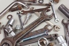 Il nuovo e vecchio strumento del metallo per la riparazione lavora il primo piano a macchina Immagine Stock