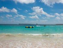 Il nuovo flyboard alla spiaggia tropicale caraibica Fotografia Stock Libera da Diritti