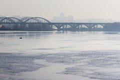 Il nuovo ponte di Darnytskyi, anche conosciuto senza formalità come il ponte di Kirpa è un ponte combinato della ferrovia e della fotografia stock libera da diritti